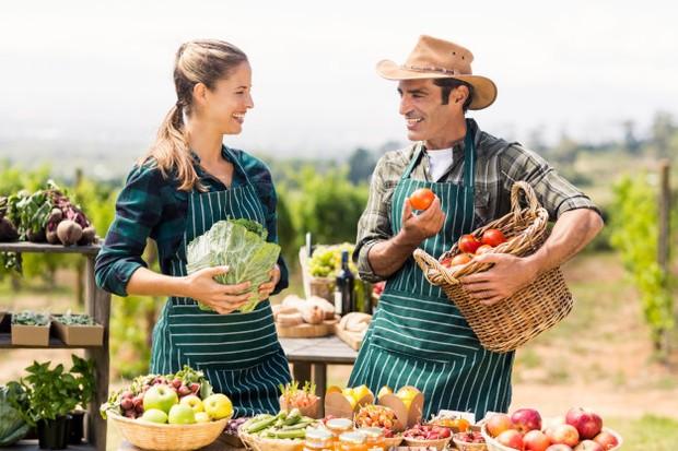 Pasangan ini sedang berbelanja di farmer's market