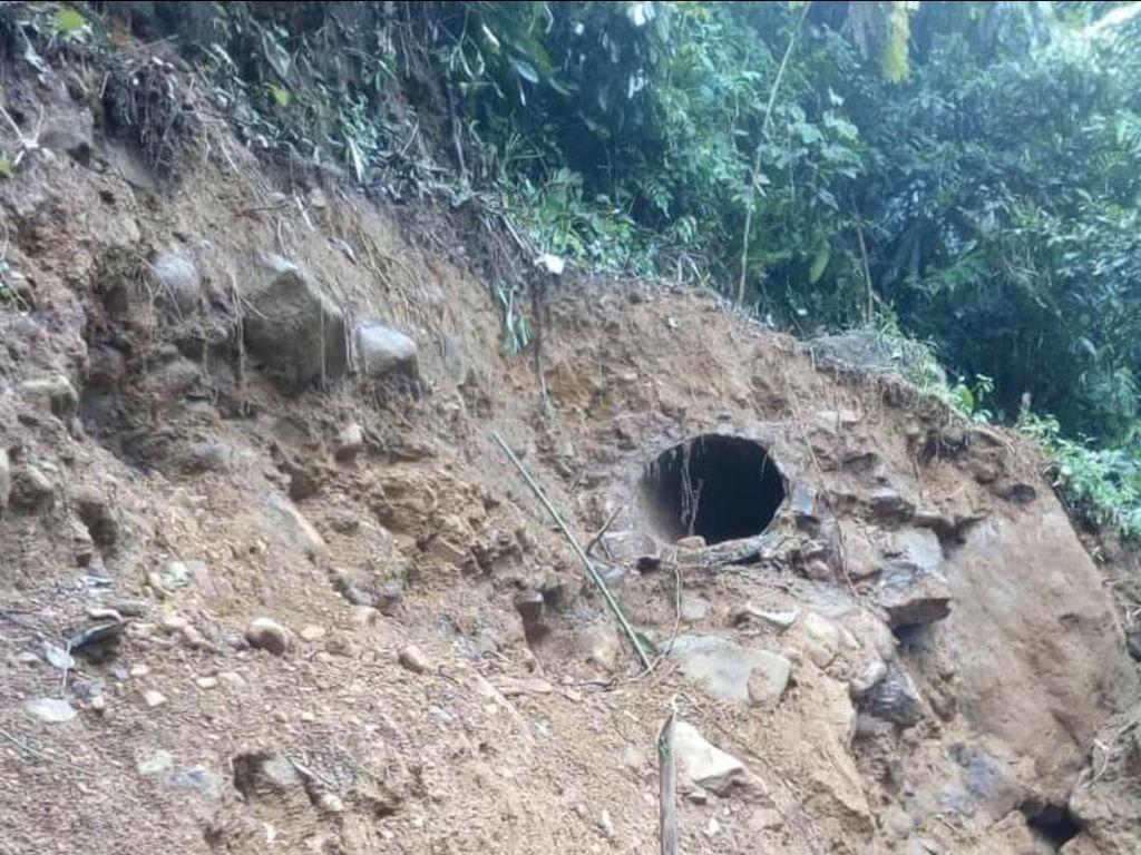Pipa Penghubung Listrik Putus, Kampung Adat Ciptarasa Gelap Gulita