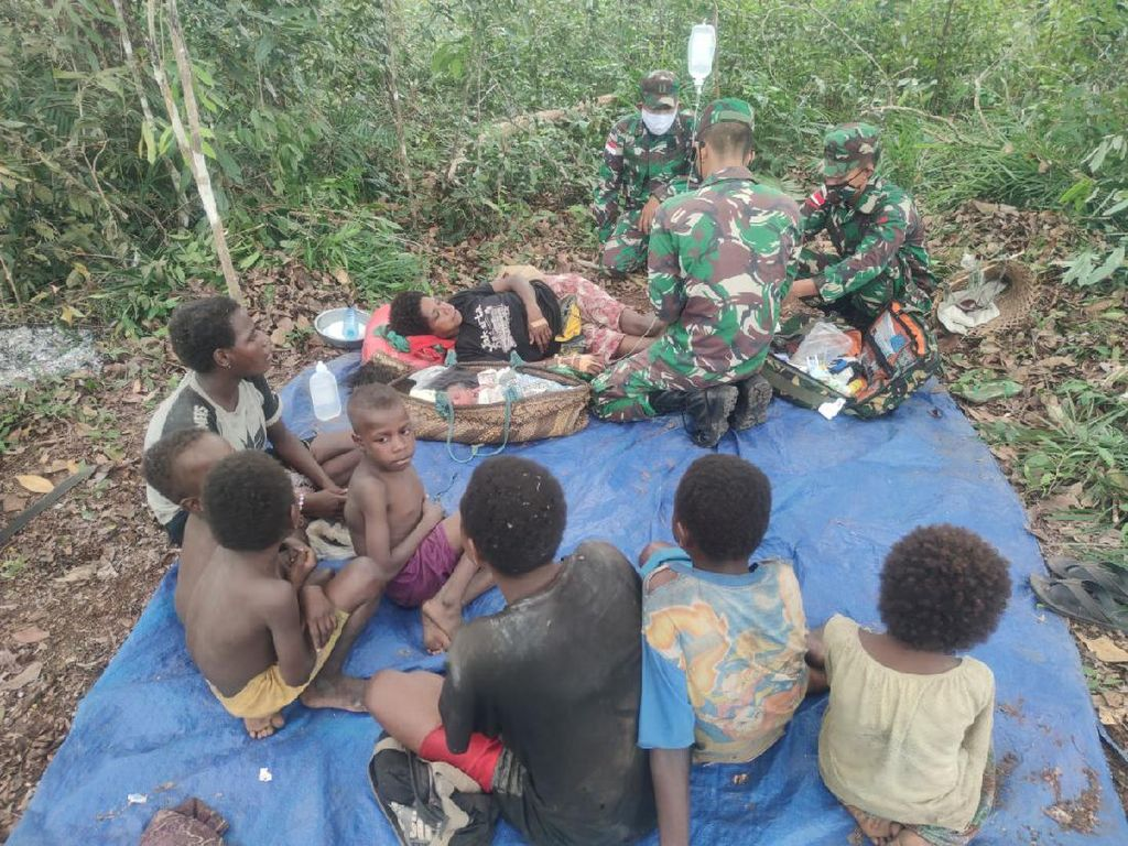 Di Tengah Hutan Tapal Batas Papua, TNI Bantu Ibu Melahirkan