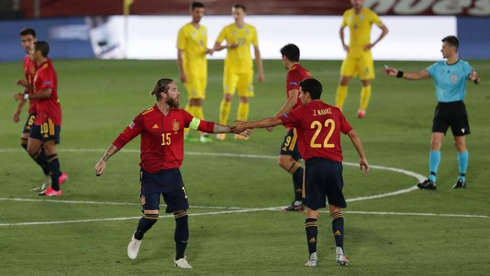 MADRID, SPAIN - SEPTEMBER 06: Sergio Ramos of Spain celebrates with teammate Jesus Navas after scoring his teams second goal during the UEFA Nations League group stage match between Spain and Ukraine at Estadio Alfredo Di Stefano on September 06, 2020 in Madrid, Spain. (Photo by Gonzalo Arroyo Moreno/Getty Images)