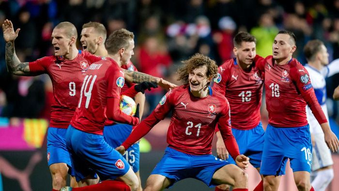 PLZEN, CZECH REPUBLIC - NOVEMBER 14: Alex Kral (C) of the Czech Republic celebrates with teammates during the UEFA Euro 2020 Qualifier between Czech Republic and Kosovo on November 14, 2019 at Doosan Arena in Plzen, Czech Republic. (Photo by Thomas Eisenhuth/Getty Images)
