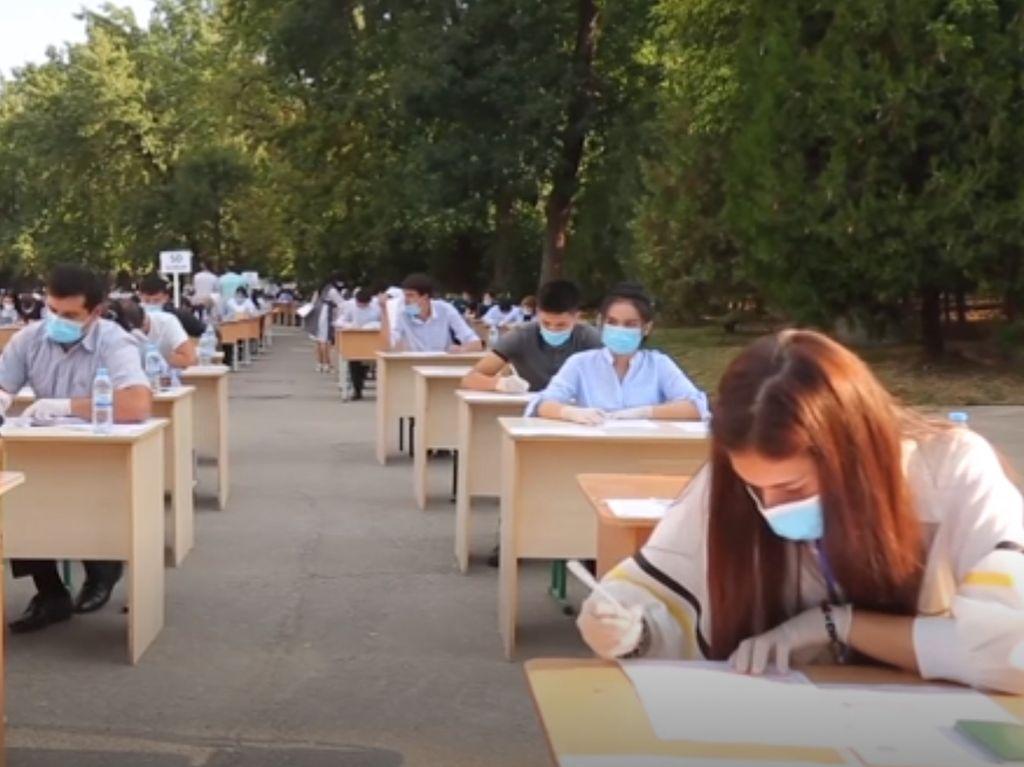 Di Uzbekistan, Ujian Masuk Universitas Dilakukan di Ruang Terbuka