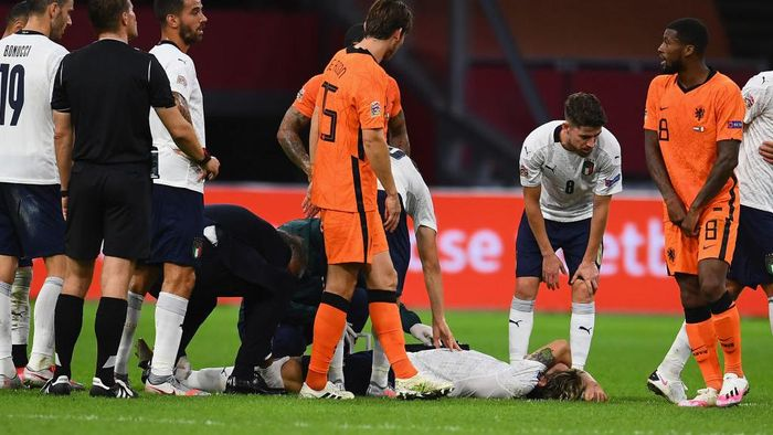 AMSTERDAM, NETHERLANDS - SEPTEMBER 07:  Nicolo Zaniolo of Italy reacts after injuring his leg during the UEFA Nations League group stage match between Netherlands and Italy at Johan Cruijff Arena on September 7, 2020 in Amsterdam, Netherlands.  (Photo by Claudio Villa/Getty Images)
