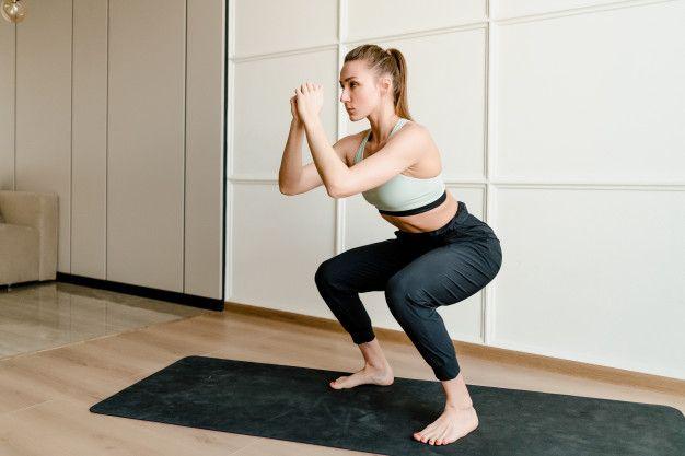Squat memperkuat kaki kamu, meningkatkan mobilitas pinggul, pergelangan kaki, dan tulang belakang dan meningkatkan aliran darah ke seluruh tubuh
