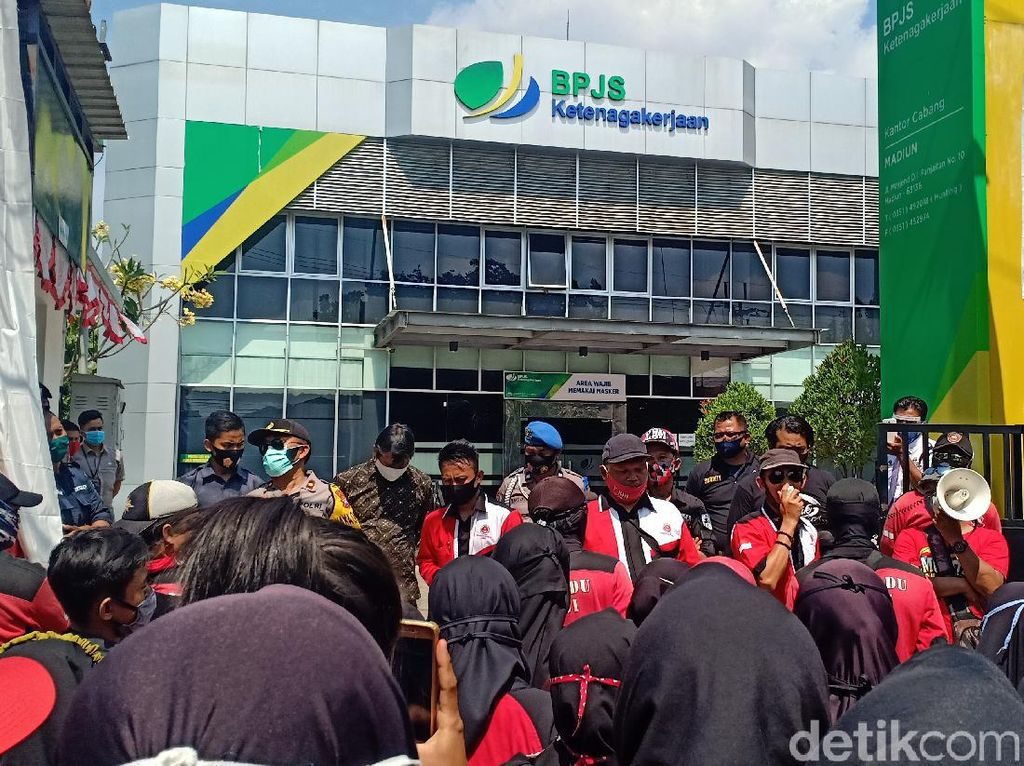 Ratusan Buruh Pakaian Dalam Luruk BPJS Ketenagakerjaan Kota Madiun