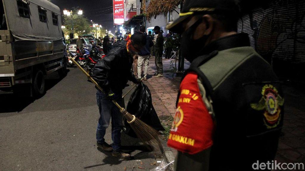 Di Yogyakarta, Tak Disiplin Pakai Masker Dihukum Nyapu dan Push Up