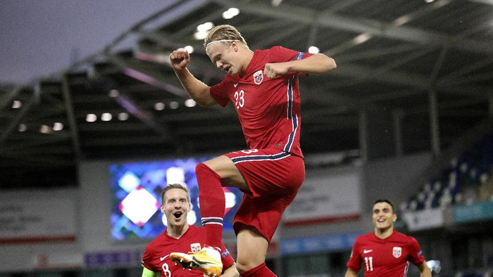 Norways Erling Braut Haaland, center, celebrates his goal against Northern Ireland during the UEFA Nations League soccer match between Northern Ireland and Norway at Windsor Park, Belfast, Northern Ireland, Monday Sept. 7, 2020. (AP Photo/Peter Morrison)