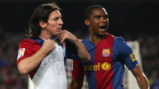 BARCELONA, SPAIN - MARCH 10:  Lionel Messi (L) of  Barcelona celebrates with Samuel Eto'o after scoring Barcelona's first goal during the Primera Liga match between Barcelona and Real Madrid at the Nou Camp stadium on March 10, 2007 in Barcelona, Spain.  (Photo by Denis Doyle/Getty Images)