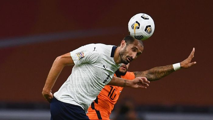 AMSTERDAM, NETHERLANDS - SEPTEMBER 07:  Giorgio Chiellini of Italy vies with Memphis Depay of Netherlands during the UEFA Nations League group stage match between Netherlands and Italy at Johan Cruijff Arena on September 7, 2020 in Amsterdam, Netherlands.  (Photo by Claudio Villa/Getty Images)