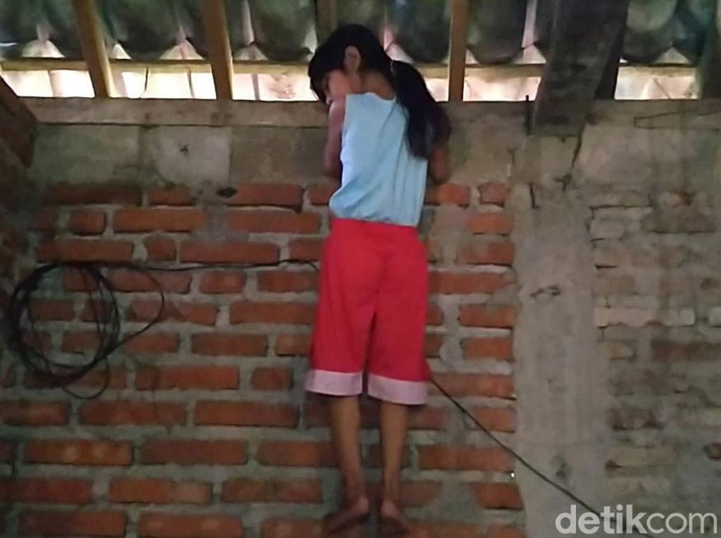 Hobi Panjat Lemari-Pohon, Ini Adelia Spiderman Cilik dari Pekalongan