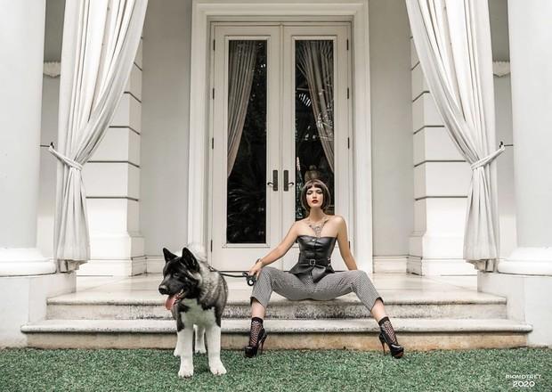 Nia juga mengenakan koleksi setelan bustier leather dengan celana motif kotak-kotak kecil berwarna monochrome dari brand Dior.