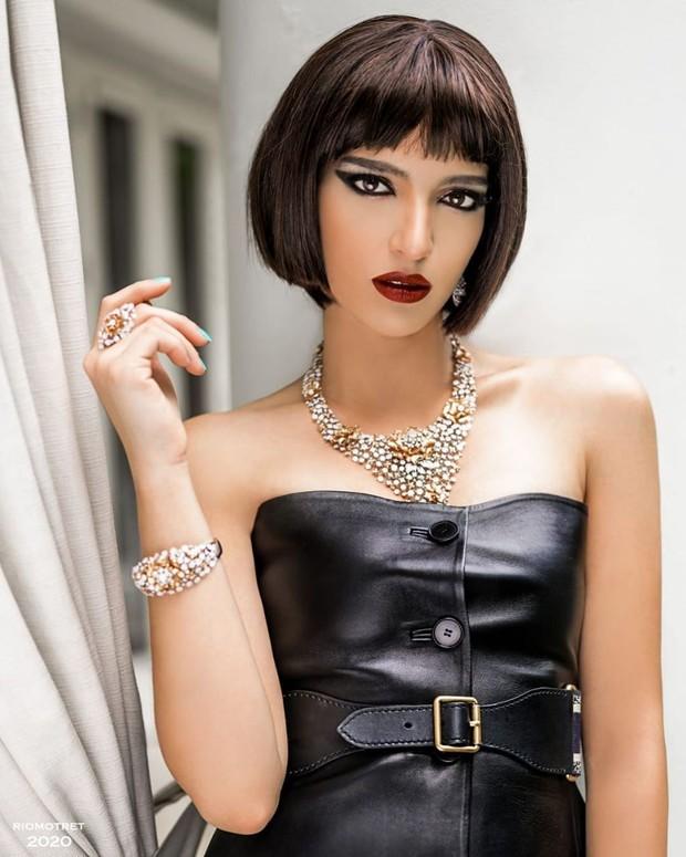 Penampilan Nia Ramadhani tampak edgy dan seksi dengan rambut pendek bob dan makeup bold.