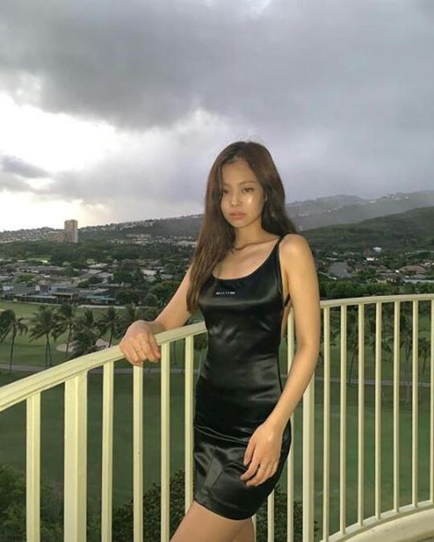 Jenii memberikan kesan seksi dalam memakai outfit serba hitam.