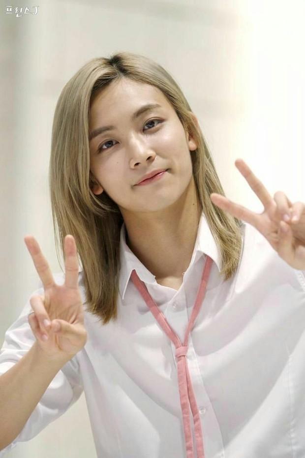 Rambut panjang pirang Jeonghan berhasil mencuri perhatian semua orang dengan visualnya.