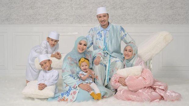Kartika Putri dan Keluarganya