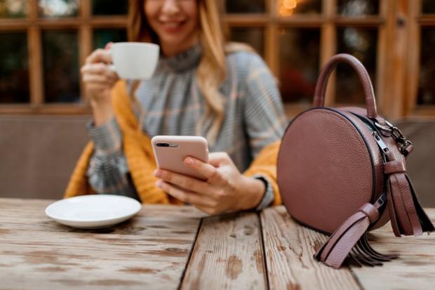 Ada banyak pilihan menarik yang bisa dilakukan pasangan jarak jauh untuk membangun romansa, seperti menonton film atau menikmati makanan favorit kalian melalui Zoom.