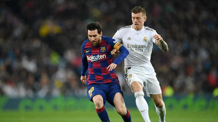 MADRID, SPAIN - MARCH 01: Lionel Messi of FC Barcelona battles for possession with Toni Kroos of Real Madrid during the Liga match between Real Madrid CF and FC Barcelona at Estadio Santiago Bernabeu on March 01, 2020 in Madrid, Spain. (Photo by David Ramos/Getty Images)
