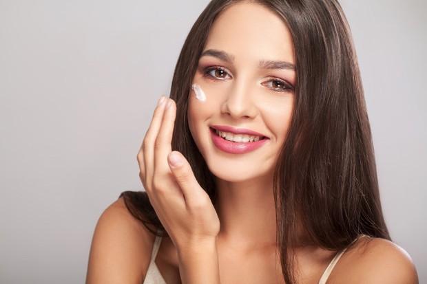 Pastikan produk pelembap mampu menjaga kulit halus dan terhidrasi.