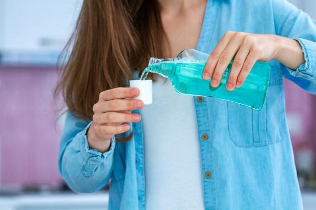 kumur setidaknya selama 30 detik bisa membersihkan semua gigi, karena obat kumur sendiri memiliki sifat antibakteri.
