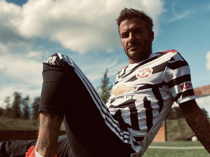 David Beckham mengenakan jersey Manchester United