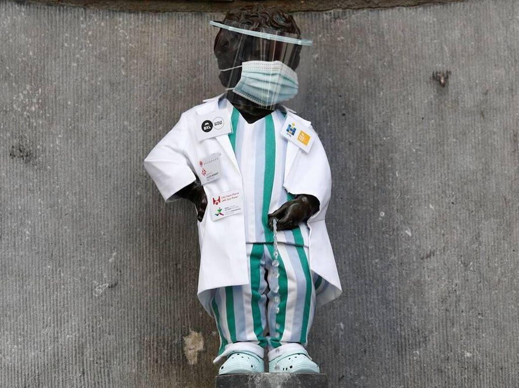 Ketika Patung Anak Kecil Pipis Belgia Dipakaikan APD