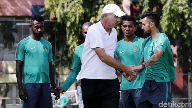 Kabar duka buat sepakbola Indonesia. Eks pelatih Timnas Indonesia Alfred Riedl dinyatakan meninggal dunia di usianya yang ke-70 karena penyakit kanker.