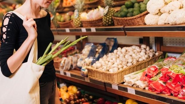 untuk menjaga tubuh harum sepanjang hari kurangi konsumsi makanan penyebab bau badan seperti bawang putih lalu perbanyak konsumsi buah dan sayur