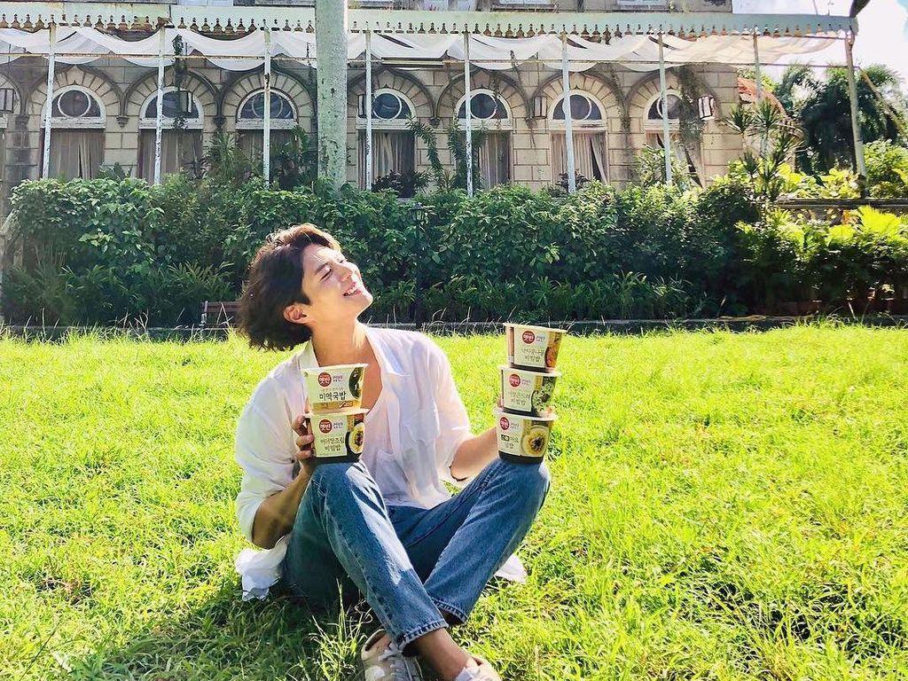 10 Potret Tampan Park Bo Gum Saat Makan Daging dan Ramyeon