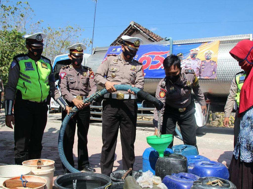 Kekeringan Mulai Landa Bojonegoro, Polisi Salurkan Air Bersih