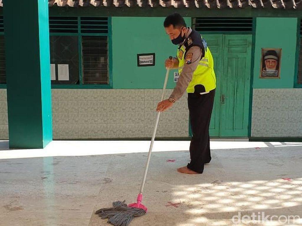 Polisi di Ponorogo Perangi COVID-19 dengan Bersih-bersih Tempat Ibadah