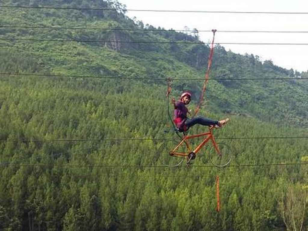 Nyantai di Hutan Pinus Paling Populer di Bandung Barat