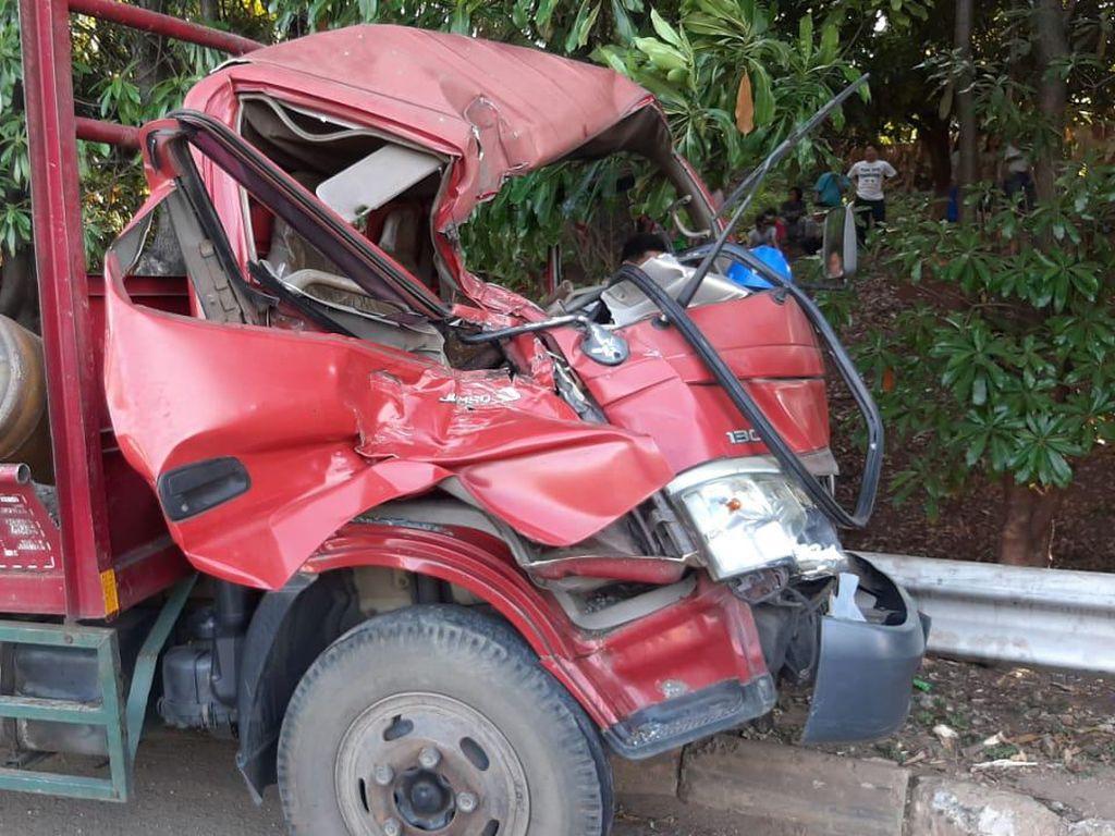 Truk Kecelakaan di Tol JORR Akibat Gas Meledak, 1 Orang Sempat Terjepit