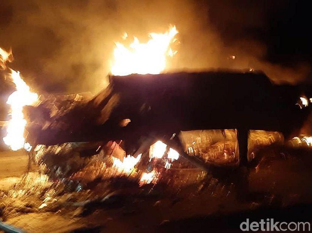 Penampakan Mobil yang Terbakar Akibat Kecelakaan di Tol Boyolali