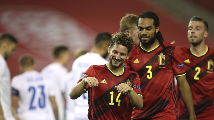 Belgiums Dries Mertens, center, jubilates after scoring his sides third goal during the UEFA Nations League soccer match between Belgium and Iceland, at the King Baudouin stadium in Brussels, Tuesday, Sept. 8, 2020. (AP Photo/Francisco Seco)
