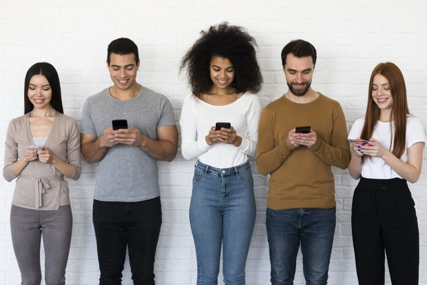 Meski berjauhan namun dengan ada grup chatting akan membuat hubungan kalian tetap kompak dan akrab