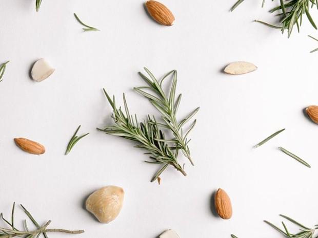 skincare organik dengan bahan-bahan alami seperti kukui, almond, dan rosemary biasanya lebih ramah di kulit sehingga meminimalisir segala masalah kulit dan membuat wajah mulus