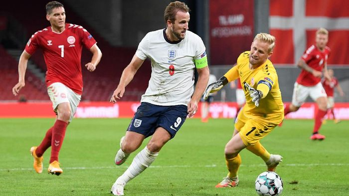 COPENHAGEN, DENMARK - SEPTEMBER 08: Kasper Schmeichel of Denmark attempts to block Harry Kane of England as he runs with the ball during the UEFA Nations League group stage match between Denmark and England at Parken Stadium on September 08, 2020 in Copenhagen, Denmark. (Photo by Michael Regan/Getty Images)