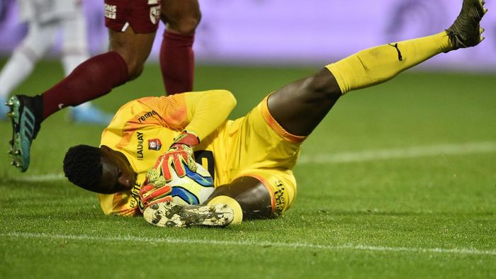 Rennes Senegalese goalkeeper Edouard Mendy stops the ball during the French L1 football match between Metz (FCM) and Rennes (Stade Rennais) at Saint Symphorien stadium in Longeville-les-Metz, eastern France, on December 4, 2019. (Photo by JEAN-CHRISTOPHE VERHAEGEN / AFP)