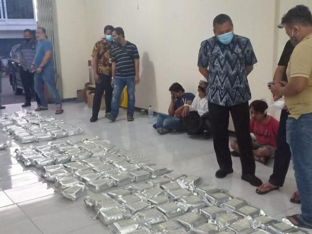 Sebuah Ruko di Surabaya Digerebek, 8 Kg Sabu Diamankan 3 Tersangka Dibekuk