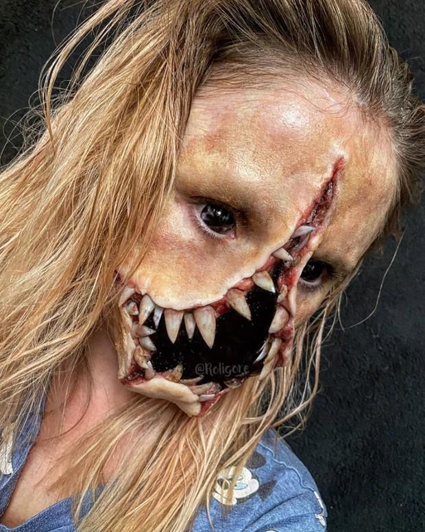 Roligore membuat beragam makeup gigi, salah satunya gigi yang membelah wajahnya sehingga hidungnya tampak menghilang.