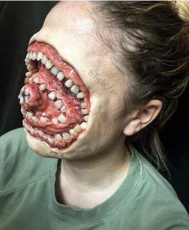 Roligore merias seluruh wajahnya dengan gigi hingga mata, hidung, dan bibirnya hilang.