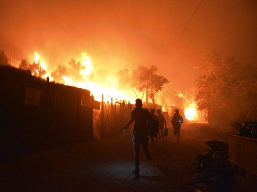 Kamp Pengungsian Terbesar di Yunani Terbakar