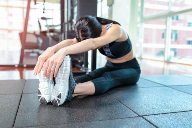 Lakukan peregangan untuk mengatasi tubuh bungkuk