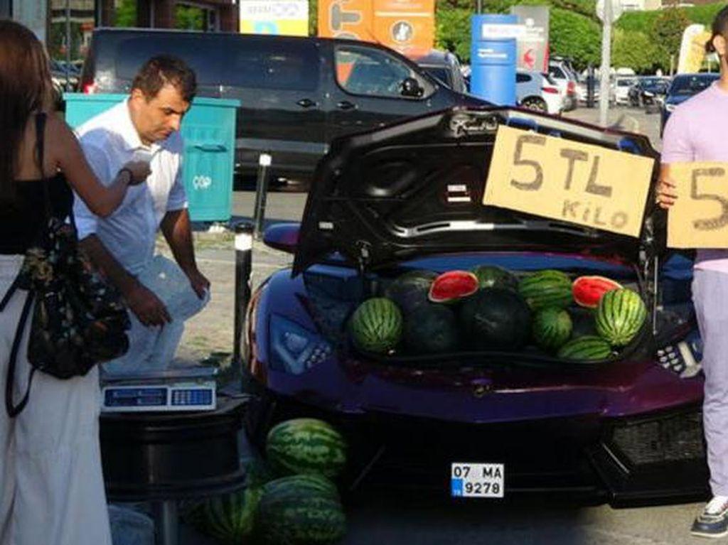 Pansos Jual Semangka Pakai Lamborghini, Akhirnya Ditilang Polisi