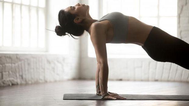Latihan berbaring lurus agar postur tubuh tidak bungkuk