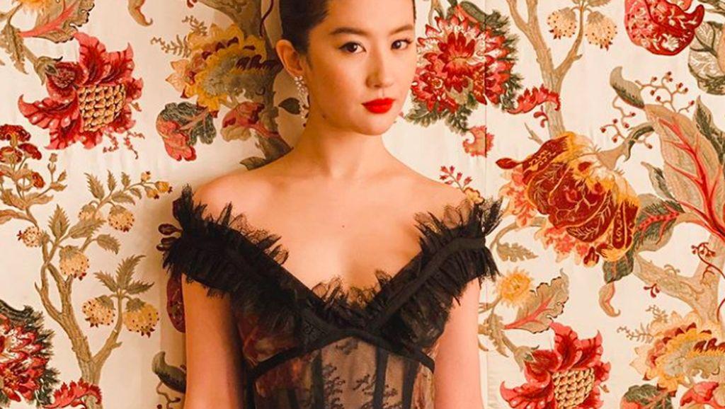 Pesona Si Cantik Pemeran Mulan yang Dikritik Netizen