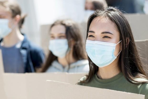 Biasanya, masker yang digunakan sehari-hari ini bisa menyerap minyak alami kulit sehingga membuatnya menjadi kering.