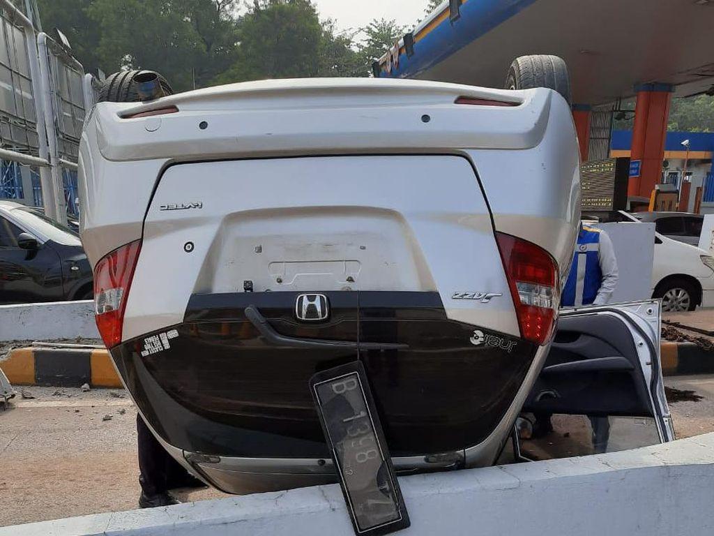 Penampakan Mobil Terbalik Usai Tabrak Tiang di GT Cibubur 1