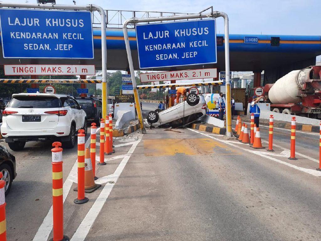 Ini Bahayanya Ngantuk tapi Maksa Nyetir: Mobil Terbalik di Gerbang Tol