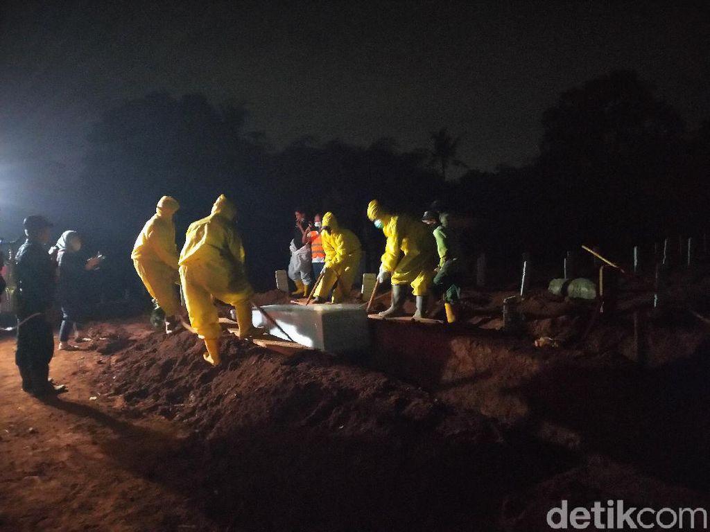 Malam-malam Anies Cek Makam Khusus Corona di TPU Pondok Ranggon